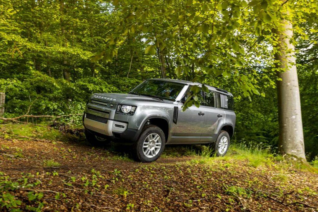 Land Rover Defender 110 D240 FIRST EDITION på skovvej